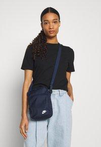 Nike Sportswear - HERITAGE UNISEX - Across body bag - obsidian/white - 5