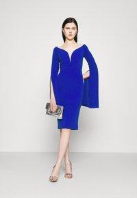 WAL G. - AMELIA V PLUNGE MIDI DRESS - Sukienka z dżerseju - electric blue - 1