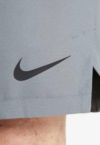 Nike Performance - FLEX VENT MAX SHORT - Pantalón corto de deporte - smoke grey/black - 5