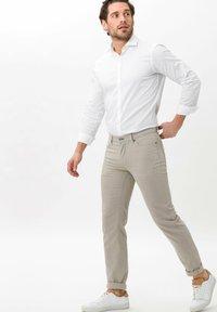 BRAX - STYLE CADIZ SQ - Pantalon classique - beige - 1