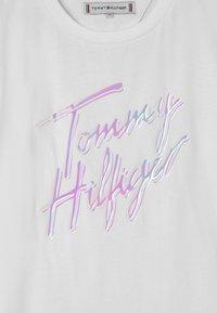 Tommy Hilfiger - SCRIPT PRINT - Triko spotiskem - white - 2