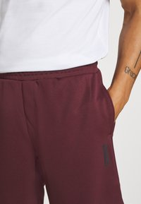 Jack & Jones - JJIZPOLYESTER SHORT - Urheilushortsit - port royale - 3