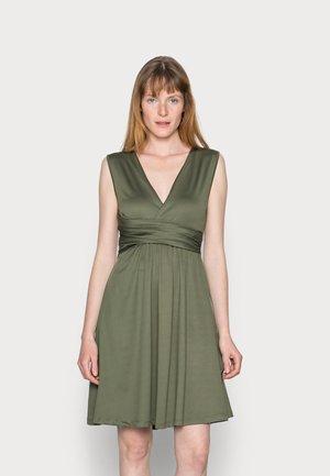 CACHE COEUR PRINTED DRESS - Žerzejové šaty - dark green