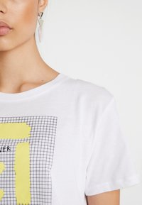 NA-KD - SIGN CROPPED TEE - T-shirt con stampa - white - 3
