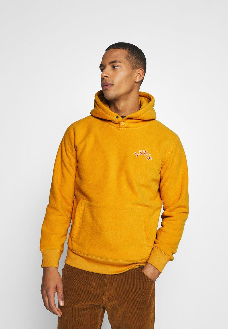 Levi's® - HOODIE UNISEX - Luvtröja - golden yellow
