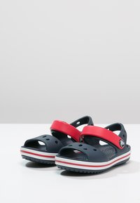 Crocs - CROCBAND KIDS UNISEX - Chanclas de baño - navy/red - 2