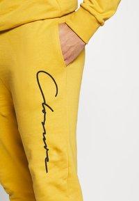 CLOSURE London - SCRIPT CREWNECK TRACKSUIT - Survêtement - mustard - 8