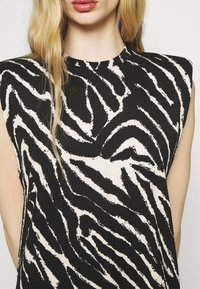Monki - ALVINA SHOULDER DRESS - Basic T-shirt - zebra - 5