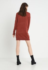 Vero Moda - VMBRILLIANT ROLLNECK DRESS  - Sukienka dzianinowa - ketchup melange - 2