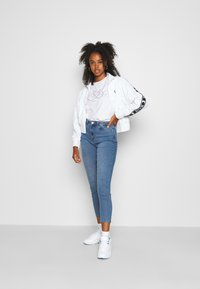 Vero Moda - VMJOANA HR STRCH MOM ANK J VI395 GA - Relaxed fit jeans - light blue denim - 1