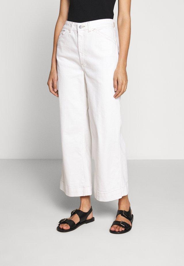 ROSIE - Flared jeans - moderne white