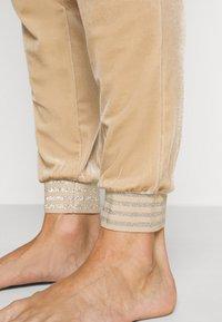 ONLY - ONLBECCA LOUNGEWEAR - Pyjama set - macadamia - 5
