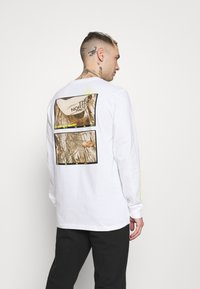 The North Face - BASE FALL GRAPHIC TEE - Long sleeved top - white - 0