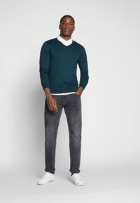 TOM TAILOR - BASIC VNECK - Jersey de punto - deep pond green - 1