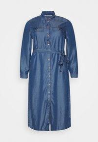NMCERSEI BELT ENDI DRESS - Denimové šaty - medium blue denim