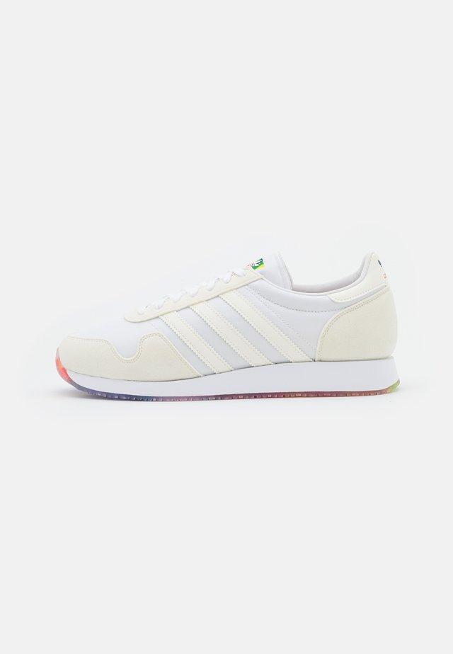 USA 84 PRIDE UNISEX - Trainers - white/offwhite/rainbow