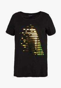 AZIZZI LOGO - Print T-shirt - black orange oil