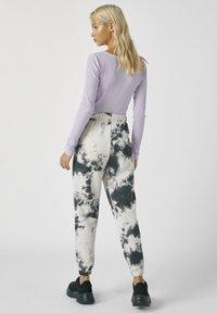 PULL&BEAR - MIT TIE-DYE IM KONTRAST - Spodnie materiałowe - light grey - 2