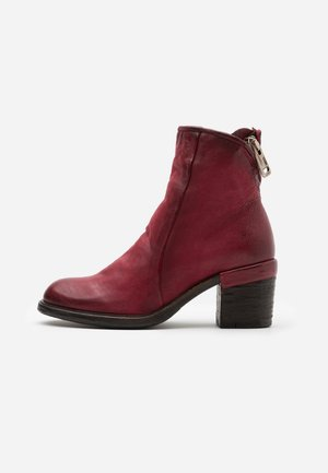 Classic ankle boots - cardinal