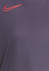 Nike Performance - Camiseta estampada - dark raisin/siren red - 4