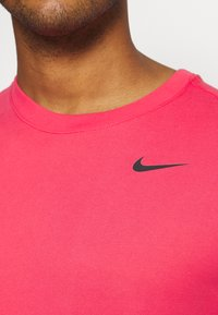 Nike Performance - TEE CREW SOLID - Basic T-shirt - light fusion red/black - 3