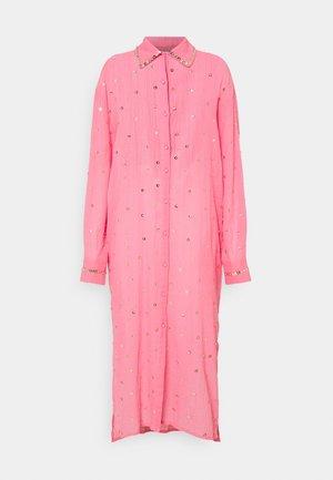 SEREN SHIRT DRESS - Sukienka koszulowa - coral/gold
