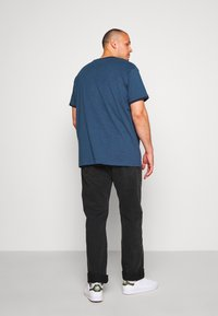 URBN SAINT - CHAO TEE - Print T-shirt - ensign blue - 2