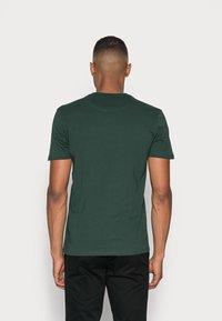 Lyle & Scott - CREW NECK  - Jednoduché triko - jade green - 2