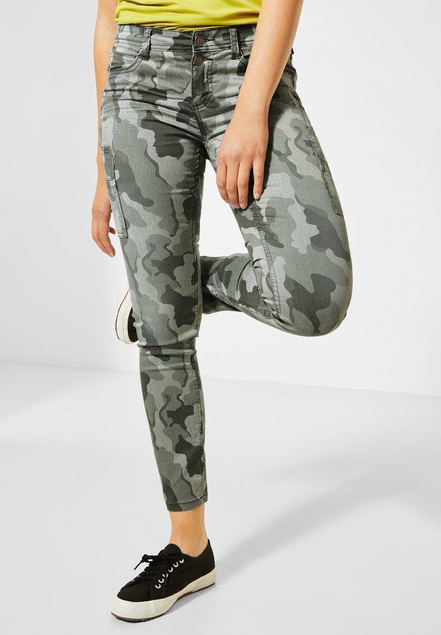 MIT CAMOUFLAGE - Slim fit jeans - grün