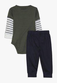 Carter's - BODYSUIT PANT BABY SET - Tygbyxor - green - 1