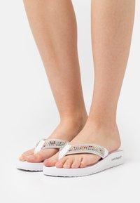 Laura Biagiotti - Sandály s odděleným palcem - white - 0