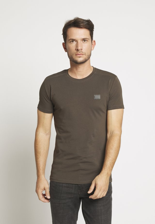 SPORT ROUND NECK COLLAR WITH PLAQUETTE ON CHEST - Basic T-shirt - green / kaki