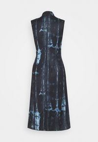 Never Fully Dressed Petite - HIGH NECK SLIP MIDI DRESS IN TIE DYE - Korte jurk - navy - 1
