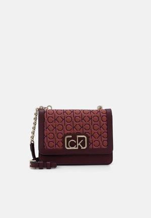 FLAP SHOULDER BAG - Taška spříčným popruhem - brown