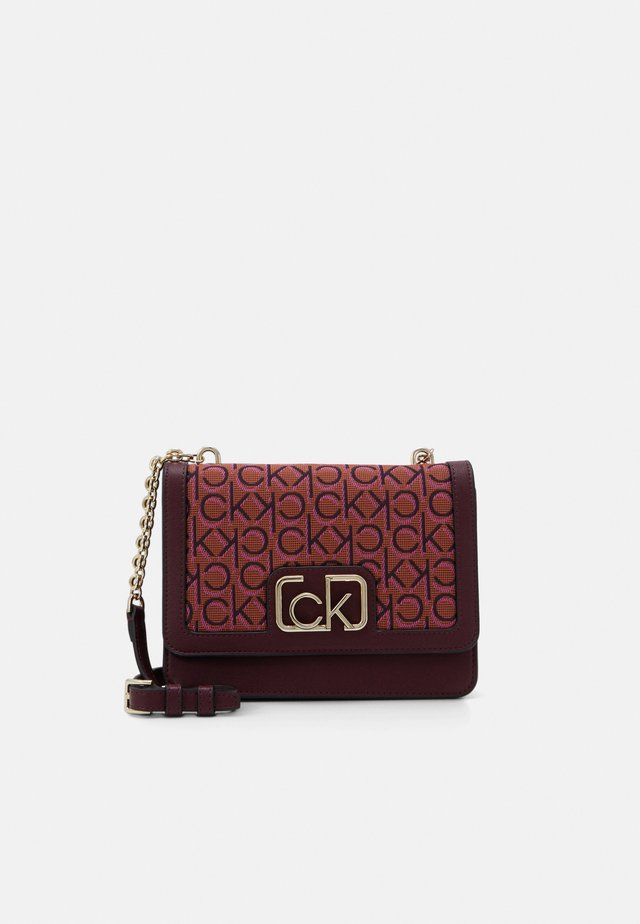FLAP SHOULDER BAG - Borsa a tracolla - brown
