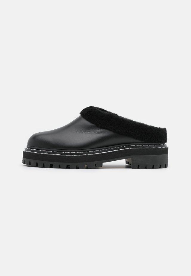 Pantofle na podpatku - nero