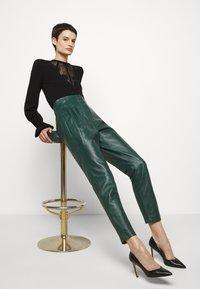 Alberta Ferretti - LEATHERPIECES TROUSERS - Trousers - green - 3