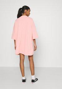 Puma - CLASSICS TEE DRESS - Jerseyjurk - apricot blush - 2