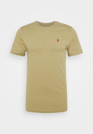 COURT TEE - Camiseta básica - parachute beige