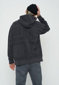 Levi's® - BANDANA POP OVER HOODIE UNISEX - Felpa - blacks - 2