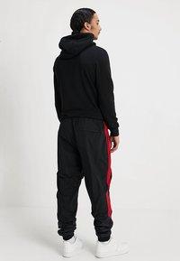 Jordan - DIAMOND CEMENT PANT - Verryttelyhousut - black/gym red - 2