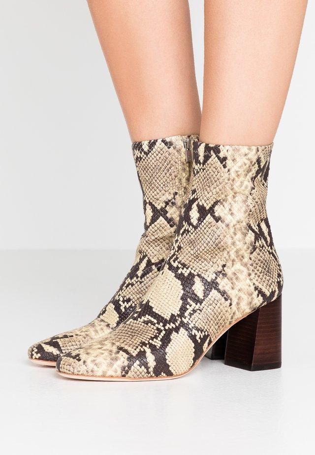 ELISE SLIM BOOTIE - Kotníkové boty - sand