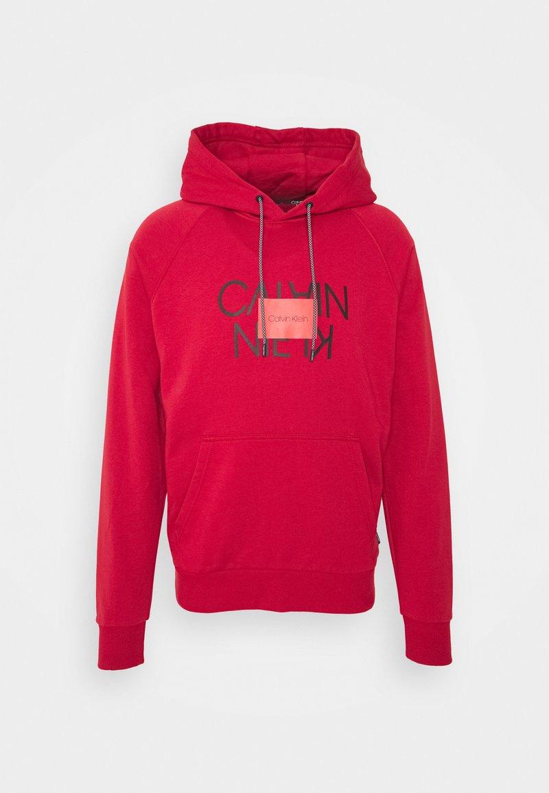 Calvin Klein - TEXT REVERSED HOODIE - Collegepaita - red