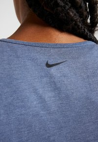 Nike Performance - YOGA TANK KEYHOLE - T-shirt de sport - mystic navy/heather/black - 6