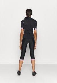 ONLY Play - ONPPERFORMANCE BIKE - T-Shirt print - black/elderberry - 2