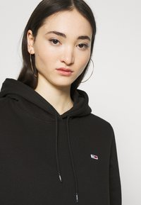 Tommy Jeans - REGULAR HOODIE - Sweat à capuche - black