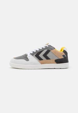 POWER PLAY UNISEX - Sneaker low - grey/sand