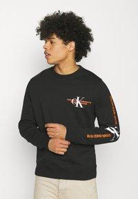 Calvin Klein Jeans - URBAN GRAPHIC LOGO CREW NECK UNISEX - Collegepaita - black - 0