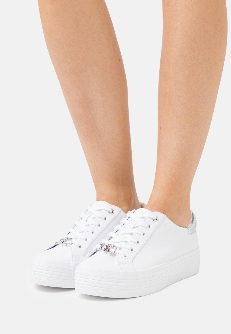 Calvin Klein Jeans - FLATFORM LACE UP  - Matalavartiset tennarit - bright white