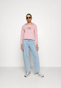 Alpha Industries - NEW BASIC HOODY PRINT - Sweatshirt - silver/pink - 1